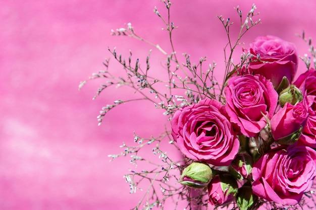 Вид сверху на букет из розовых кустовых роз