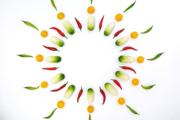 Плоский вид сверху на огурцы, помидоры черри и перец
