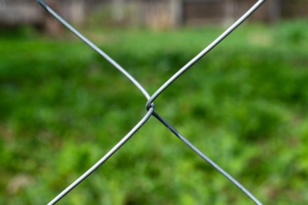 網を通して雑草の分野の眺め。