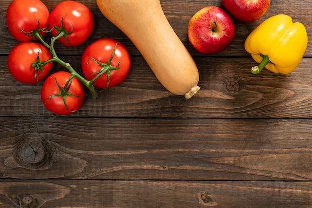 秋の収穫、野菜、古い木製の背景上の果物