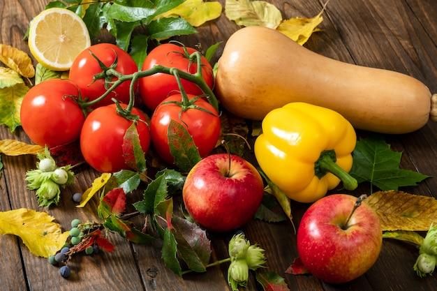 トマト、黄ピーマン、スカッシュ、ヘーゼルナッツ、紅葉のクローズアップ