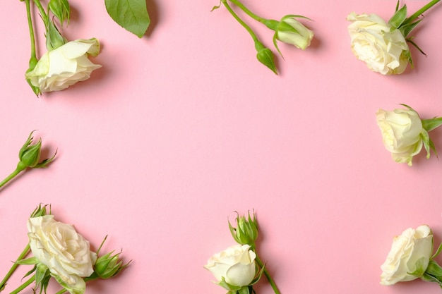 記念日のお祝い花の背景。コピースペースを持つ白いバラの花で作られたフレームの枠線。