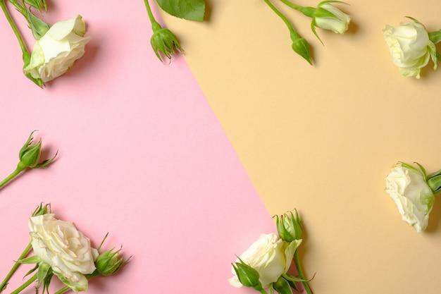誕生日お祝い花の背景。コピースペースを持つ白いバラの花で作られたフレームの枠線。