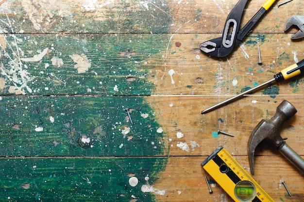 カラフルな木製の背景にビンテージ大工道具のフラットレイアウトセット