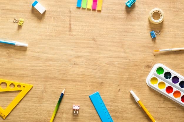 学用品フレームの背景。学校概念に戻る。