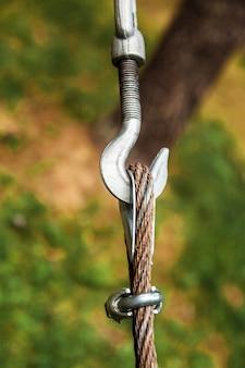 ケーブルと金属フックの固定