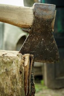 切り株の斧