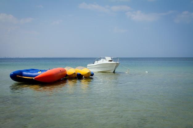 水の上の膨脹可能なボートが付いているボート