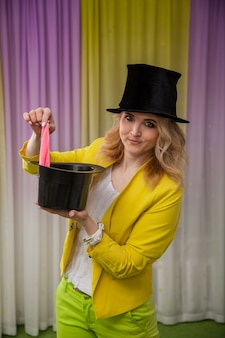女性の魔術師はトリックを示しています