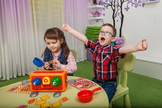 ボードゲームで遊ぶ子供たち