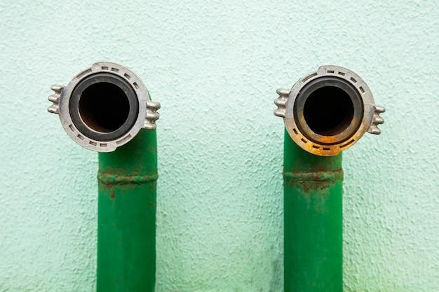 Пожарный гидрант зелёный, патрубок крупным планом