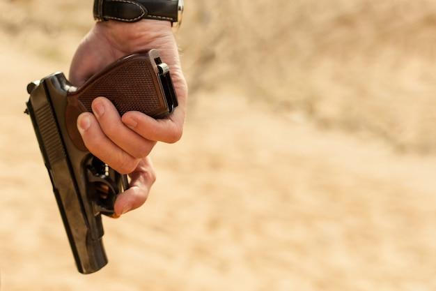 Мужская рука с пистолетом