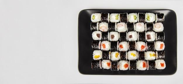 細寿司セットと巻き寿司。さまざまな寿司と魚のチーズのロール。