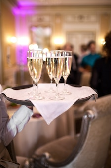 シャンパンのグラスとウェイター