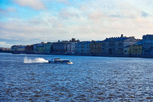 サンクトペテルブルクのネヴァ川に沿って航行する観光客と遊覧船