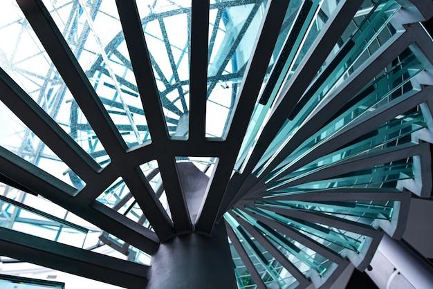 Винтовая лестница из металла со стеклянными ступеньками
