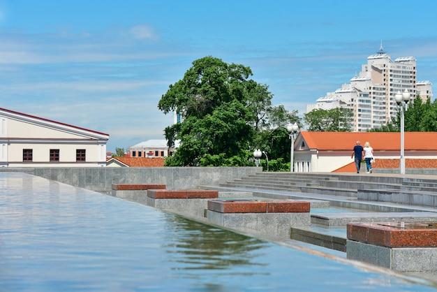 Городской фонтан со стекающей водой