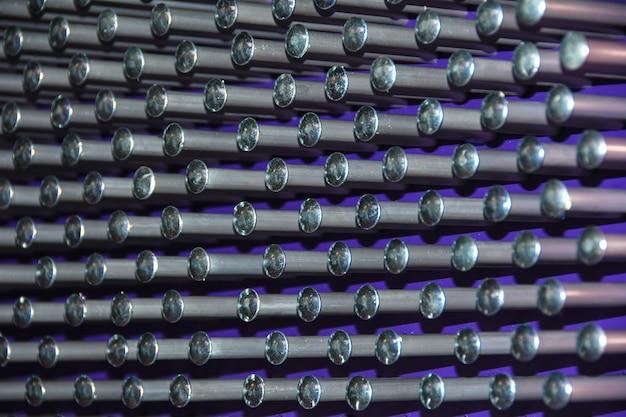 紫色のボールと背景の金属ピン