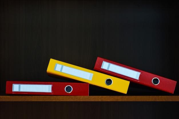 オフィスの棚の上のクローゼットの中に書類用のフォルダー