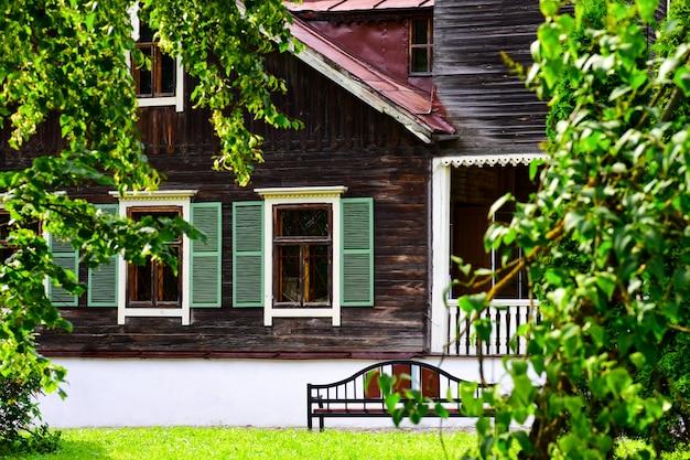 公園内の古い家