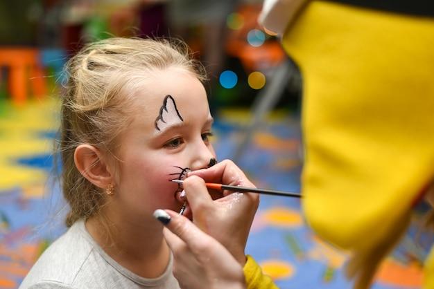 アニメーターが子供の顔を描く