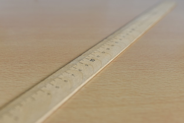 テーブルの上の古い木製定規