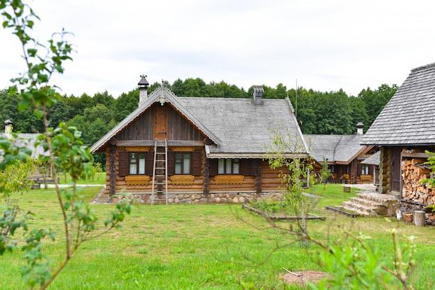 庭のある伝統的なロシアの木造住宅