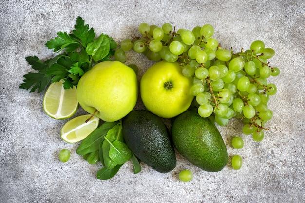 緑の野菜と果物の選択