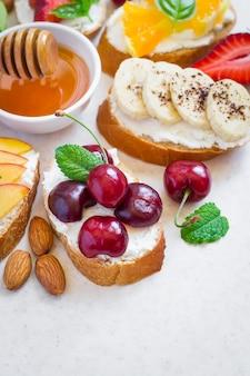 果物と蜂蜜を使った夏のカラフルな自然健康スナックのセレクション