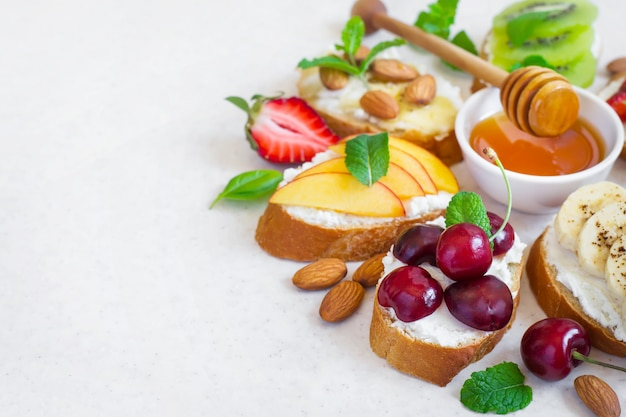 フルーツと蜂蜜の盛り合わせ夏の甘いスナック
