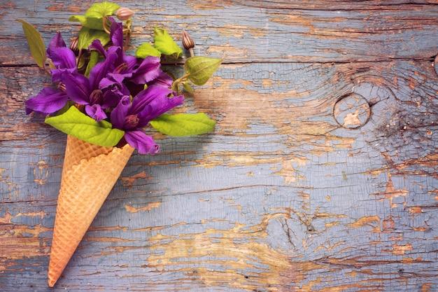 Букет из синих клематисов в вафельном рожке для мороженого