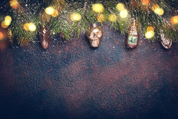 Новогодний фон с старинные золотые игрушки.