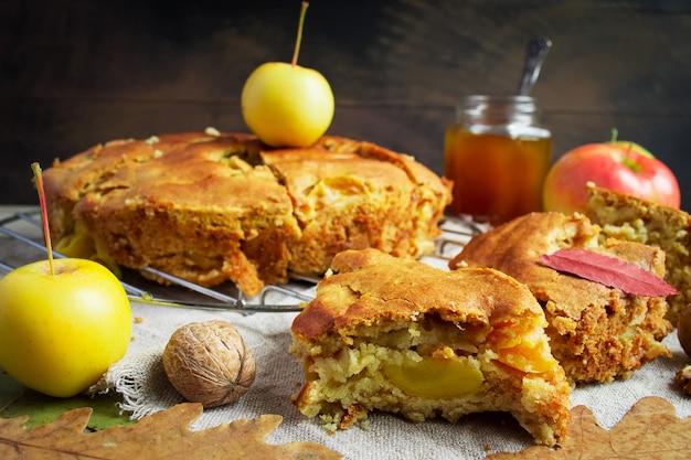 アップルパイと黄色いリンゴをクローズアップ