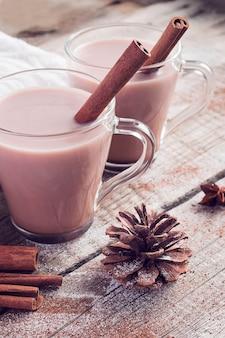 Зимняя композиция с парой чашек горячего какао