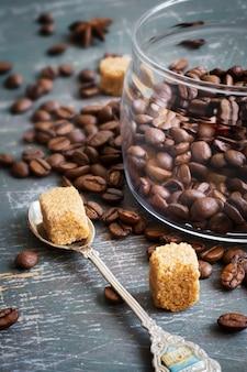コーヒー豆とスプーンでブラウンシュガー
