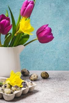 チューリップと水仙の春の花束。イースターのグリーティングカード