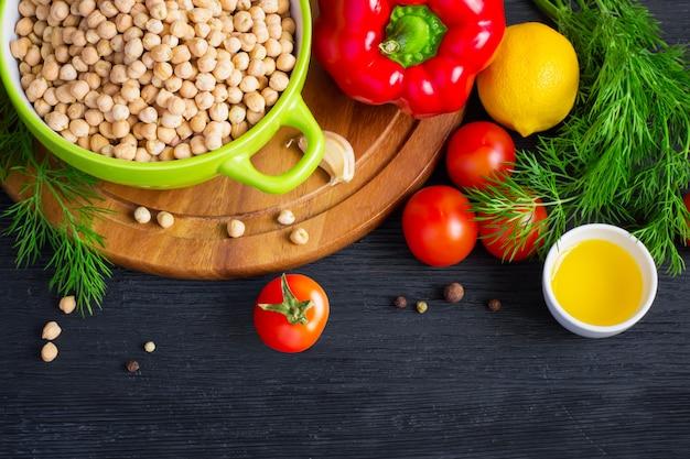 乾燥ひよこ豆と暗い背景にカラフルな野菜