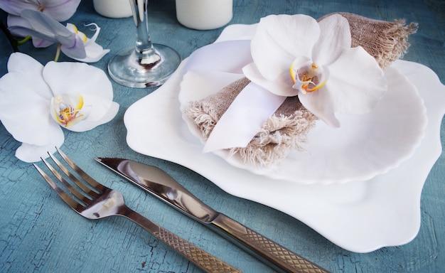 蘭の装飾とビンテージテーブルの設定