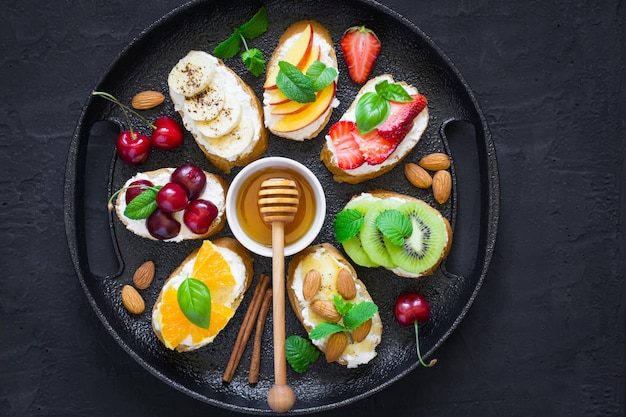 夏の甘いおやつの盛り合わせ。ブルスケッタやサンドイッチ