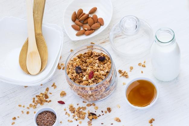 健康的な朝食。乾燥果実、ナッツ、蜂蜜と新鮮なグラノーラ