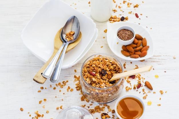 自家製ミューズリー、蜂蜜、ナッツ、牛乳。健康的な朝食のコンセプト