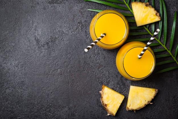Ананасовый сок или смузи и ломтики ананаса