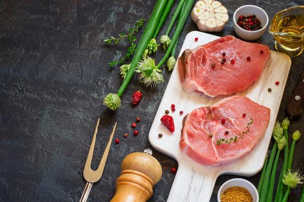 生の新鮮な豚ロース肉とスパイス