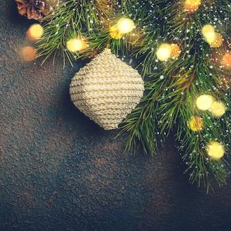 自然なモミの枝とおもちゃのクリスマスカード