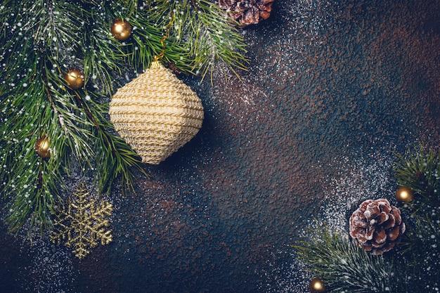 自然なモミの枝とおもちゃでクリスマスの背景