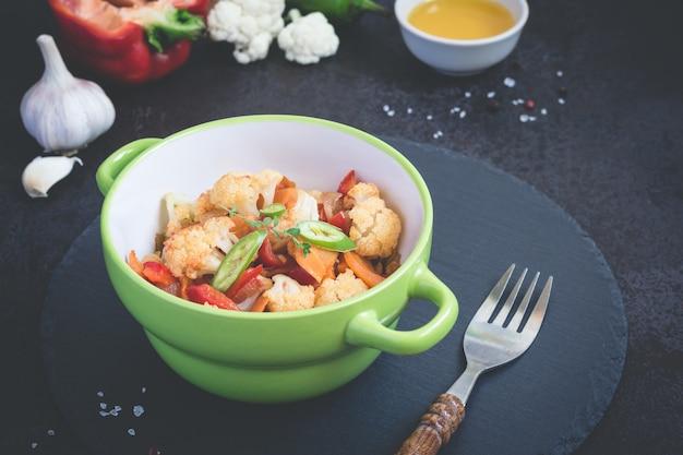 野菜のシチューと黒の背景に食材のトーン