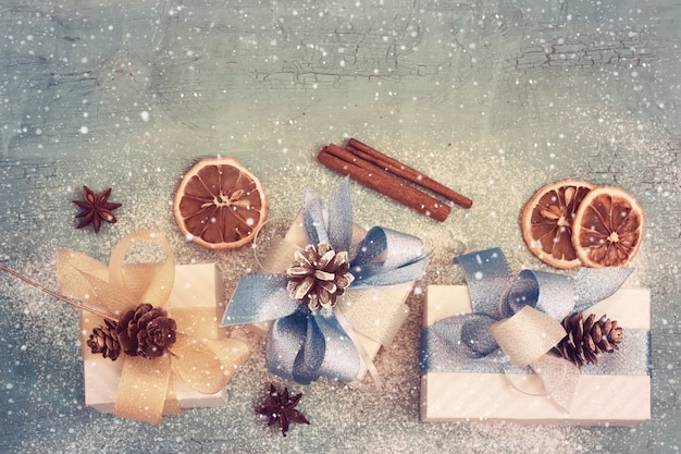新年の贈り物、彩色とビンテージの休日の背景。