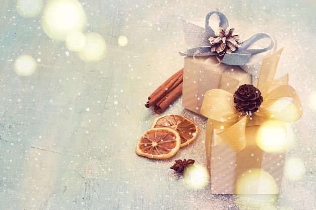 着色された青色の背景にクリスマスプレゼント。
