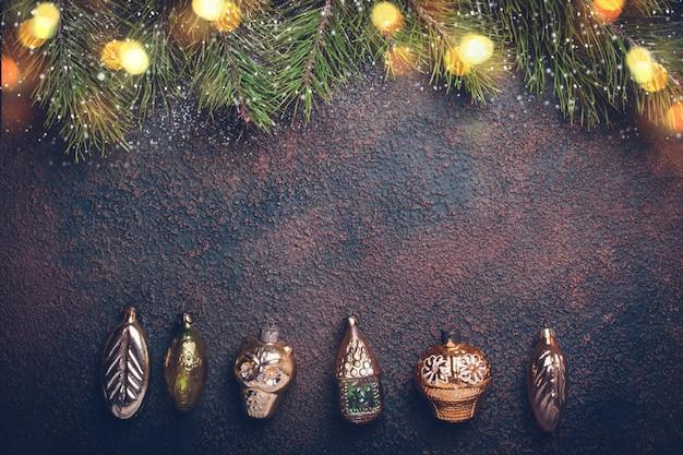 ヴィンテージの金のおもちゃとクリスマスの背景
