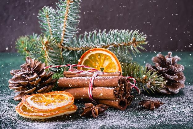 シナモン、ドライオレンジ、スプルースの枝とのクリスマスのグリーティングカード